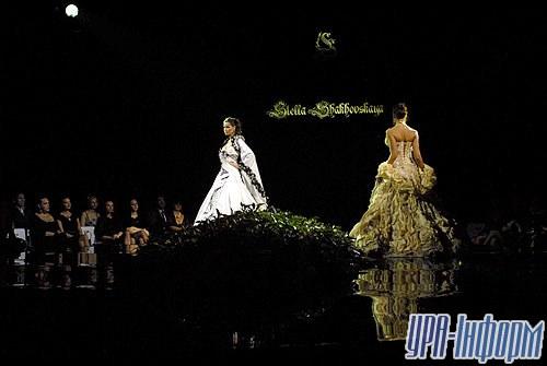 На изготовление коллекции из 200 платьев ушел год
